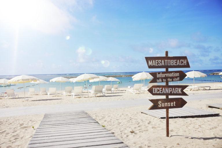マエサトビーチの白いパラソル